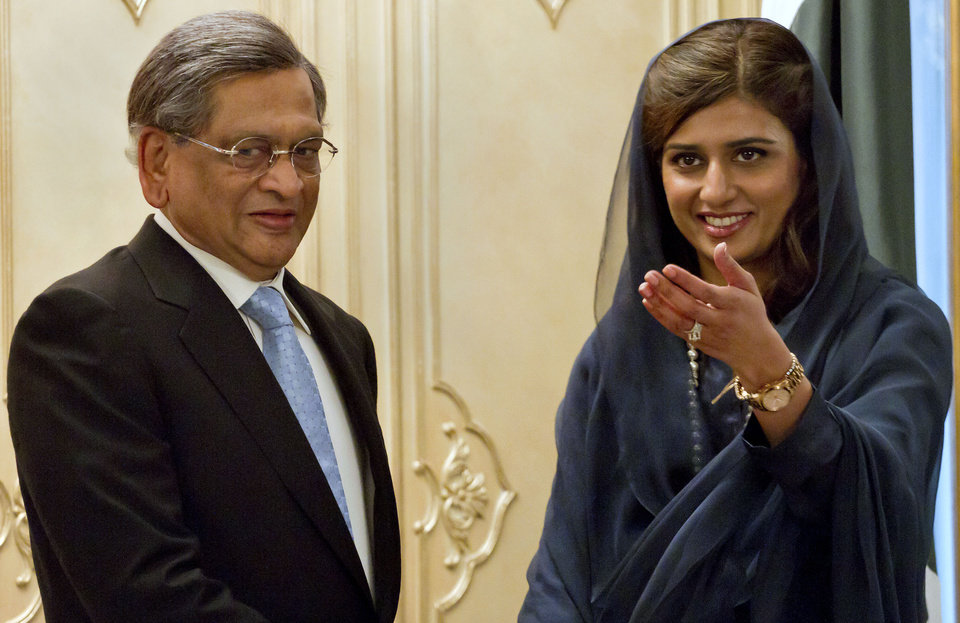 Photo -   Pakistani Foreign Minister Hina Rabbani Khar, right, indicates the way to Indian Foreign Minister S.M. Krishna as they head to their meeting in Islamabad, Pakistan on Saturday, Sept. 8, 2012. Krishna arrive in Pakistan for talks, the latest sign of a thaw in relations between two countries that have fought three major wars against each other. (AP Photo/Anjum Naveed)