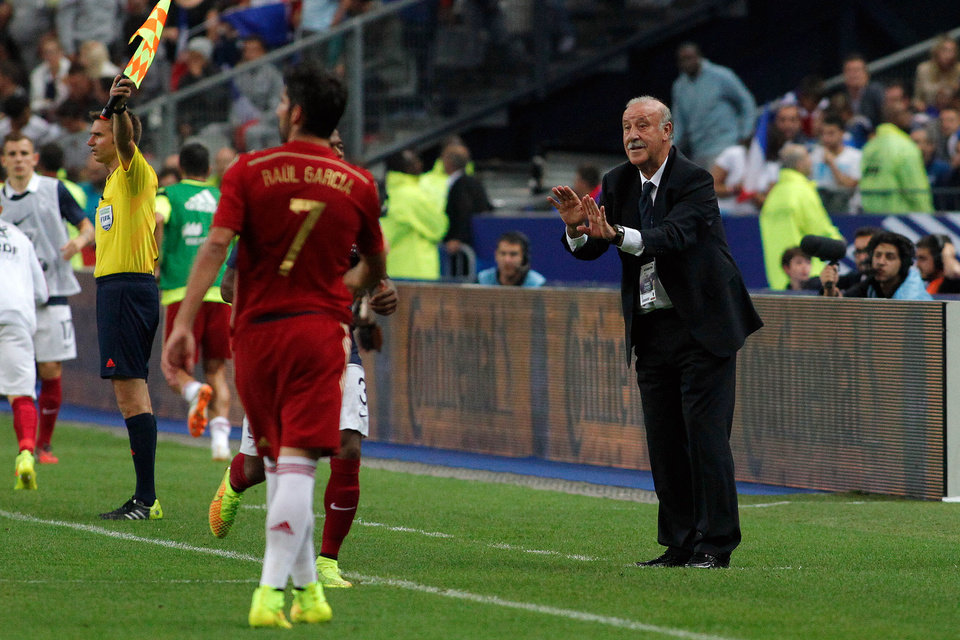 Photo - Spain's national soccer team coach Vicente del Bosque gestures toward player Raul Garcia during their international friendly soccer match against France at the Stade de France in Saint Denis, outside Paris, Thursday, Sept. 4, 2014. (AP Photo/Thibault Camus)