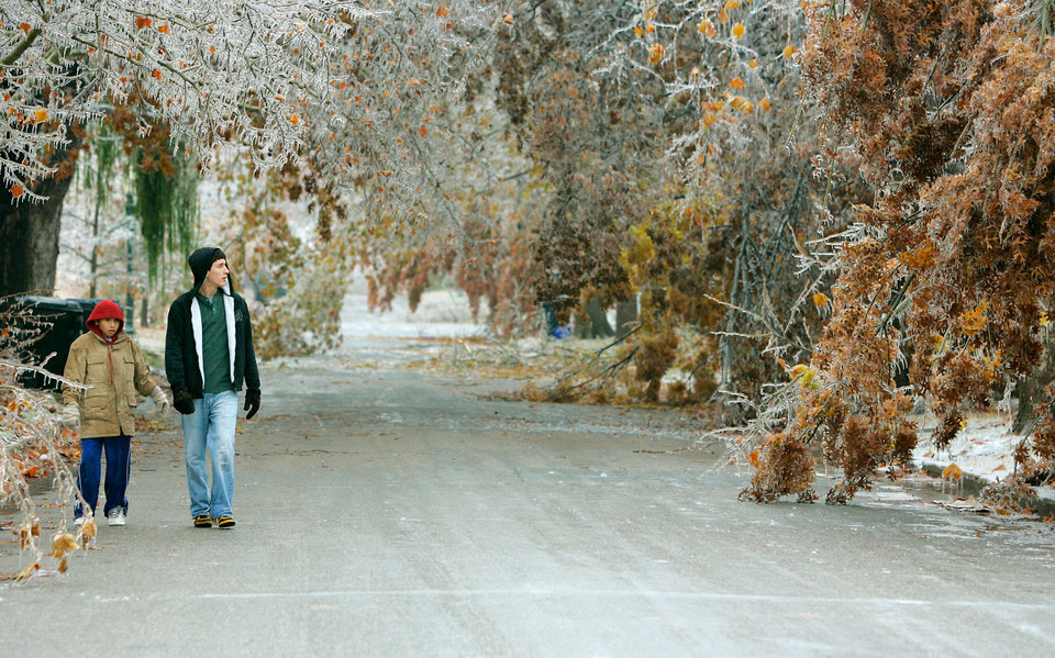 WINTER / COLD / WEATHER / ICE STORM / DAMAGE / AFTERMATH: 11-year-old Anthony Valle (left) and 18-year-old Justin O'Feery look at damaged trees on NW 17th and Walnut in Heritage Hills in Oklahoma City , Okla. Dec. 10, 2007.  BY STEVE GOOCH, THE OKLAHOMA.  ORG XMIT: KOD