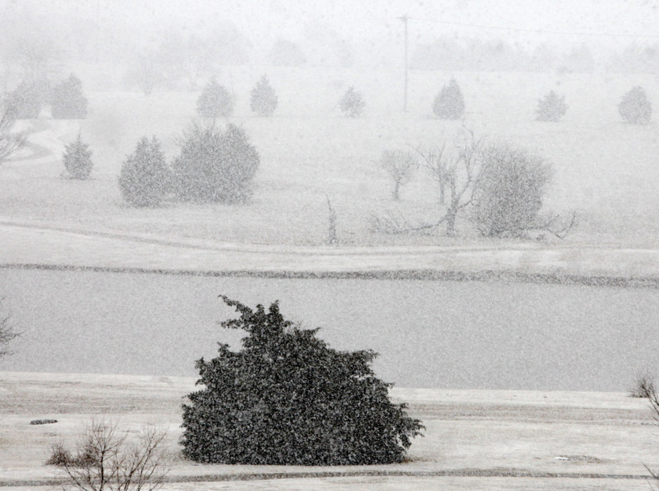 Photo - A heavy snow falls in north Oklahoma City, OK, Tuesday, February 12, 2013,  By Paul Hellstern, The Oklahoman