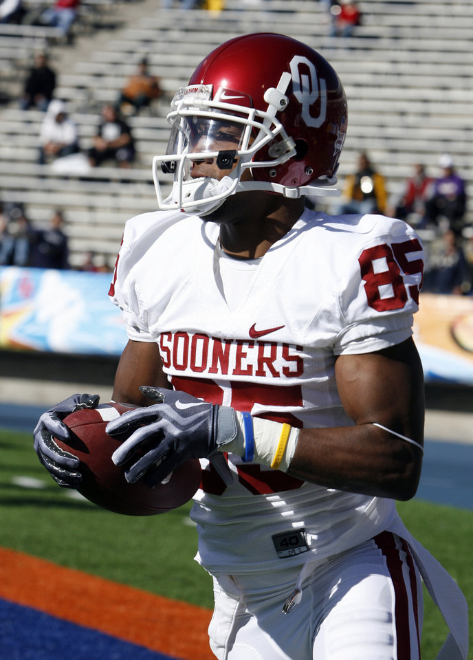 Photo - Ryan Broyles warms up before the college football game between the University of Oklahoma Sooners (OU) and the Stanford University Cardinal on Thursday, Dec. 31, 2009, in El Paso, Tex.   Photo by Steve Sisney, The Oklahoman