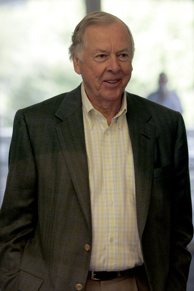 Photo - T. Boone Pickens waits for Republican presidential candidate Sen. John McCain, R-Ariz., Friday, Aug. 15, 2008, at the Aspen Meadows Resort in Aspen, Colo.  (AP Photo/Mary Altaffer) ORG XMIT: COMA108