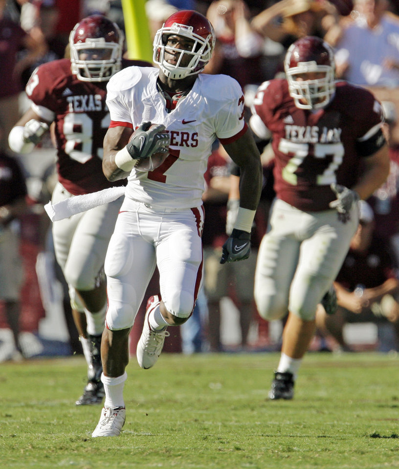 Photo - OU's DeMarco Murray runs on a long carry early in the first quarter during the college football game between the University of Oklahoma (OU) and Texas A&M University (TAMU) at Kyle Field in College Station, Texas, Saturday, Nov. 8, 2008. BY NATE BILLINGS, THE OKLAHOMAN