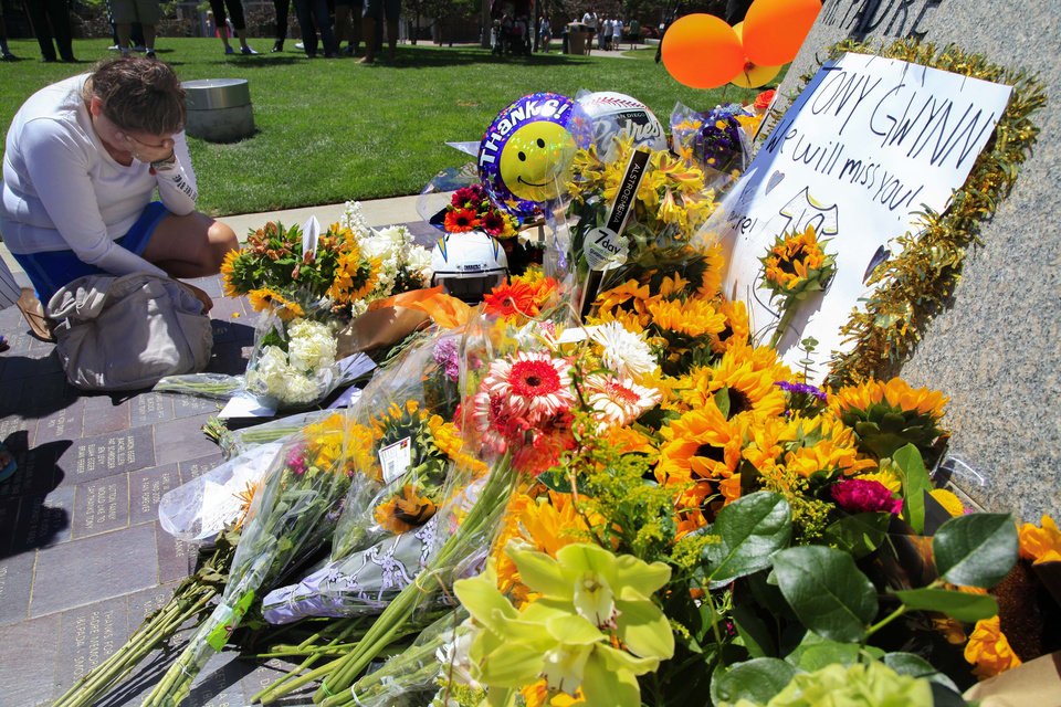 Photo - Betty Abbruscato weeps while paying her respects at the Tony Gwynn