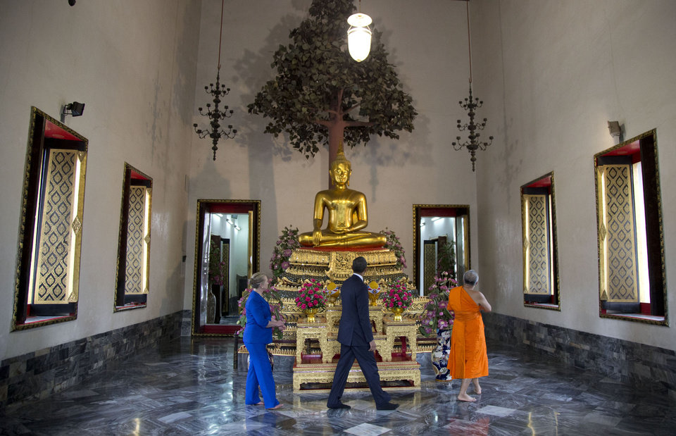Photo -   U.S. President Barack Obama, center, and U.S. Secretary of State Hillary Rodham Clinton, left, tour the Eastern Viharn Phra Lokanand with Chaokun Suthee Thammanuwat, the Dean, Faculty of Buddhism Assistant to the Abbot of Wat Phra Chetuphon at the Wat Pho Royal Monastery in Bangkok, Thailand, Sunday, Nov. 18, 2012. (AP Photo/Carolyn Kaster)