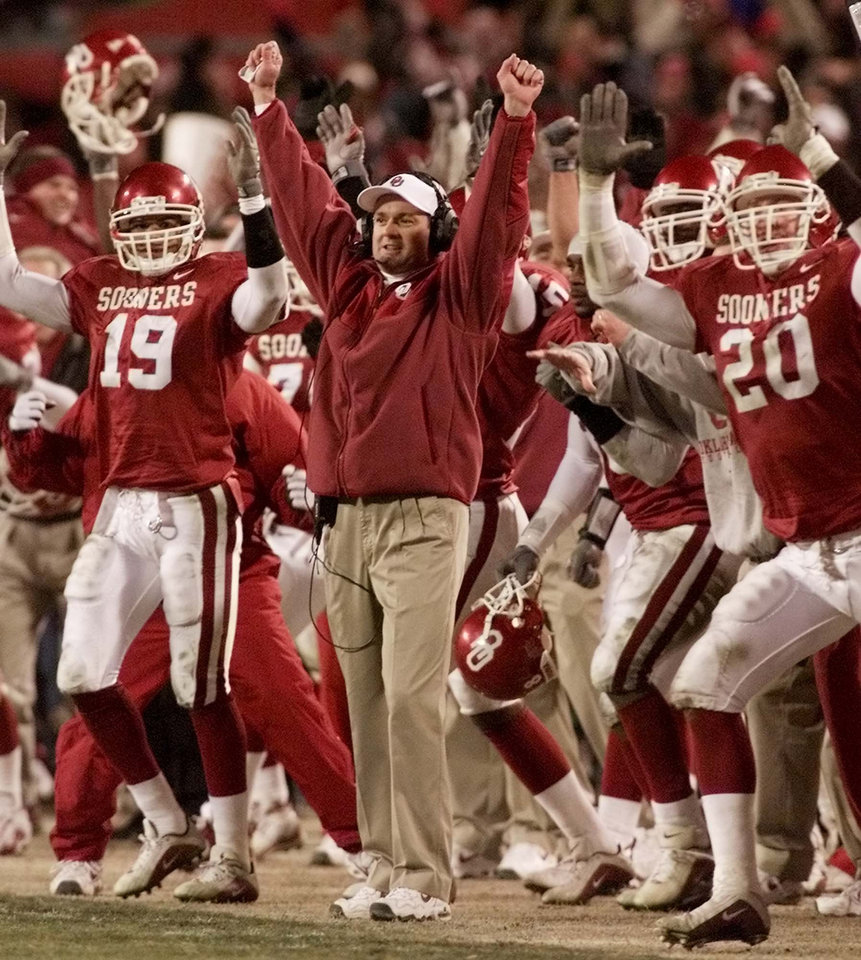 Photo - UNIVERSITY OF OKLAHOMA / OU / KANSAS STATE UNIVERSITY / COLLEGE FOOTBALL / DECEMBER 2, 2000 / OU vs Kansas State in the Big 12 Football Championship at Arrowhead Stadium in Kansas City. Coach Bob Stoops and his team celebrate a Tim Duncan winning field goal.   Staff photo by Doug Hoke.