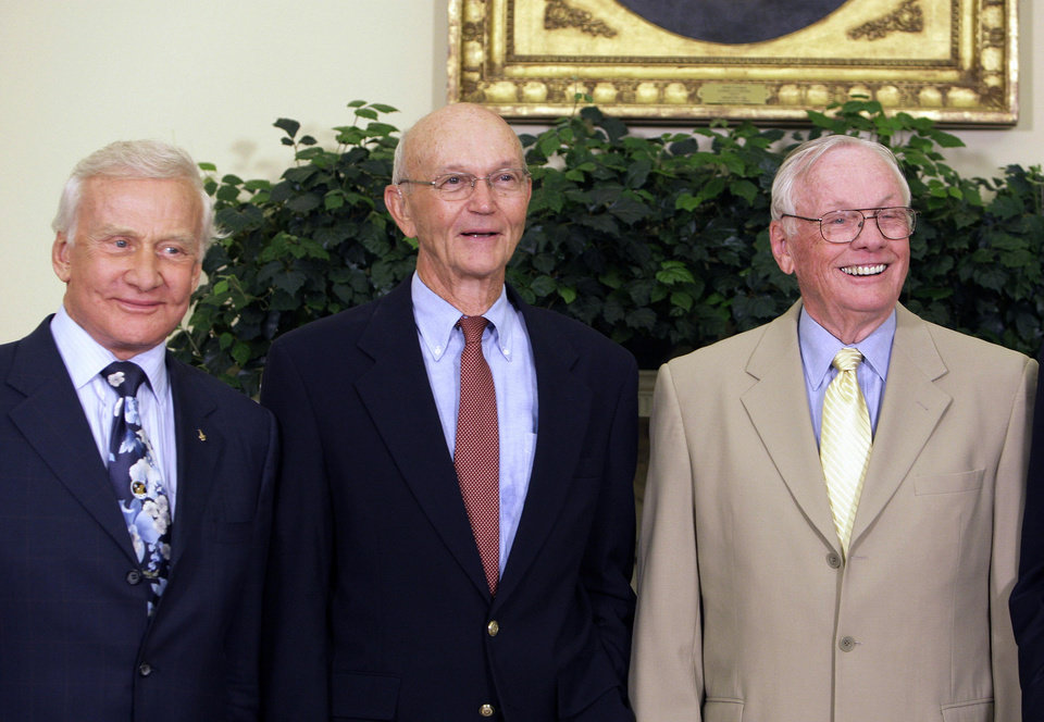 Photo -   In this July 20, 2009, photo, Buzz Aldrin, left, Michael Collins, center, and Neil Armstrong stand in the Oval Office at the White House in Washington, on the 40th anniversary of the Apollo 11 moon landing. Neil Armstrong was a quiet self-described nerdy engineer who became a global hero when as a steely-nerved pilot he made