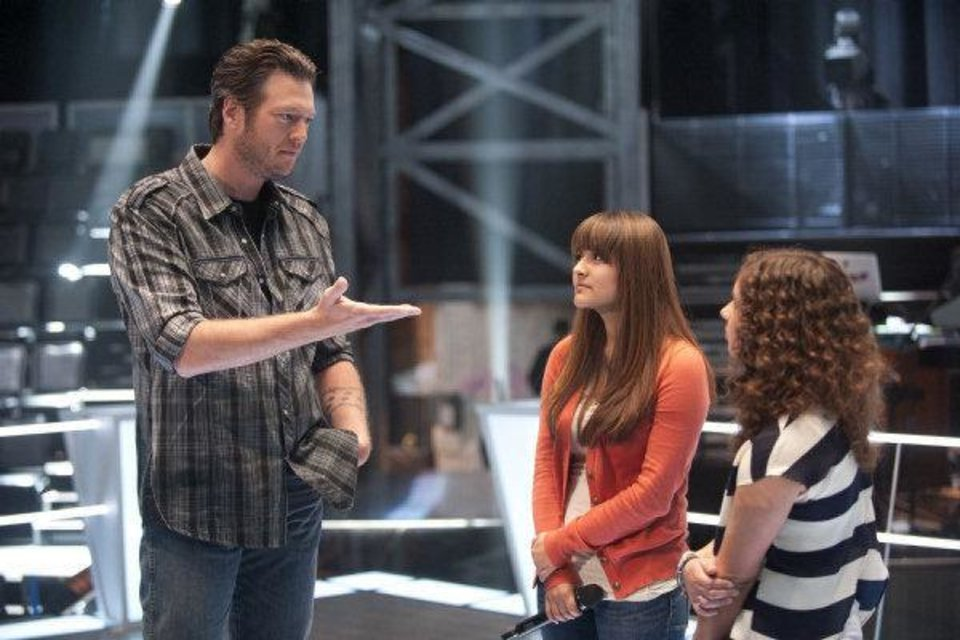 Photo - Oklahoma country music star Blake Shelton works with Sara Ormochi, 18, and Xenia, 16, two of the contestants on his team on the hit reality TV show