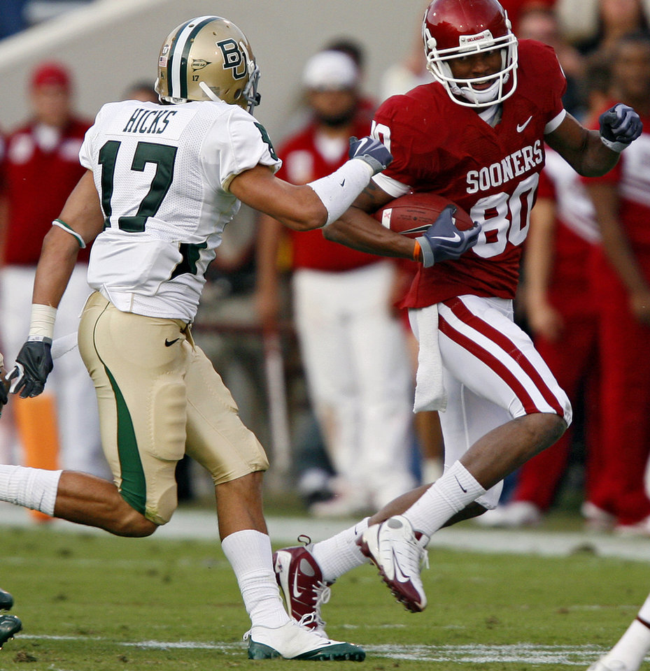 Photo - Oklahoma's Adron Tennell (80) runs past Baylor's Mike Hicks (17) during the second half of the college football game between the University of Oklahoma Sooners (OU) and the Baylor University Bears at Gaylord Family-Oklahoma Memorial Stadium on Saturday, Oct. 10, 2009, in Norman, Okla. 