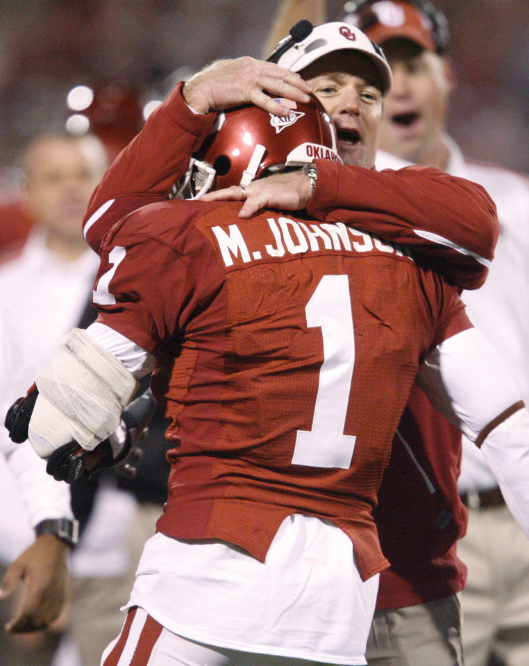 Photo - OU coach Bob Stoops celebrates with Manuel Johnson after a touchdown during the college football game between the University of Oklahoma Sooners and Texas Tech University at Gaylord Family -- Oklahoma Memorial Stadium in Norman, Okla., Saturday, Nov. 22, 2008. BY BRYAN TERRY, THE OKLAHOMAN