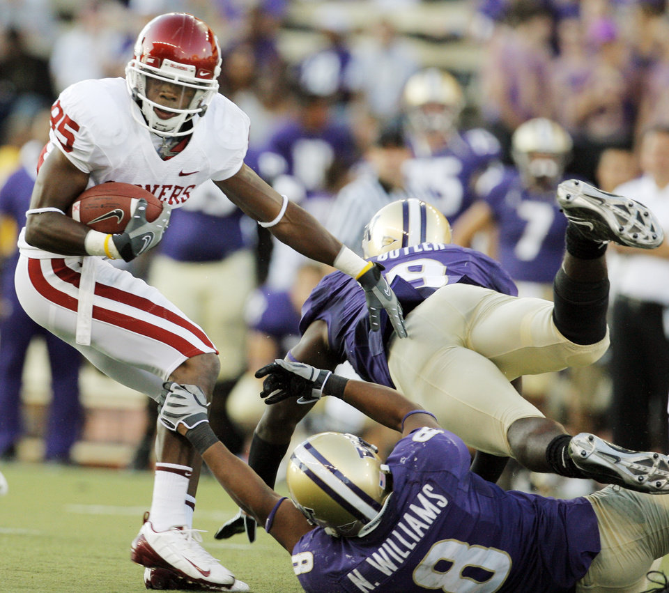 Photo - OU's Ryan Broyles breaks away from the Washington defense on a touchdown reception in the third quarter during the college football game between Oklahoma and Washington at Husky Stadium in Seattle, Wash., Saturday, September 13, 2008. OU beat UW, 55-14. BY NATE BILLINGS, THE OKLAHOMAN