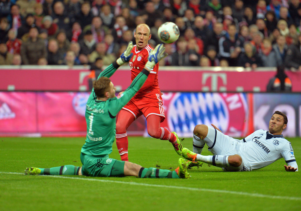 Photo - Bayern's Arjen Robben of the Netherlands , center, Schalke's goalkeeper Jermaine Jones of the U.S., left, and Sead Kolasinac challenge for the ball during the German first division Bundesliga soccer match between  FC Bayern Munich and FC Schalke in Munich, Germany, on Saturday, March  1. 2014. (AP Photo/Kerstin Joensson)