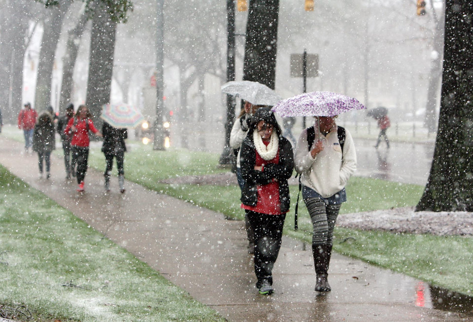 Students walk to class across the Quad in the snow on the University of Alabama campus, Tuscaloosa, Ala., Thursday, Jan. 17, 2013. Heavy snow fell across Tuscaloosa County Thursday.  (AP Photo/Tuscaloosa News, Michelle Lepianka Carter)