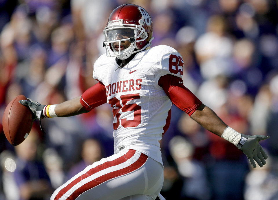 Photo - OU's Ryan Broyles scores a touchdown during the college football game between the University of Oklahoma and Kansas State University in Manhattan, Kansas, Saturday, October 25, 2008.  BY BRYAN TERRY, THE OKLAHOMAN   ORG XMIT: KOD