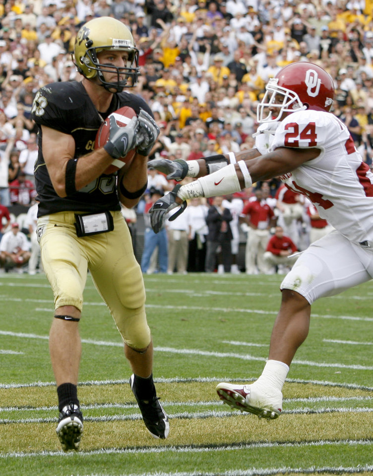 Photo - Dusty Sprague of Colorado catches the ball in front of Marcus Walker to tie the game during the second half of the college football game between the University of Oklahoma Sooners (OU) and the University of Colorado Buffaloes (CU) at Folsom Field on Saturday, Sept. 28, 2007, in Boulder, Co.  By Bryan Terry, The Oklahoman