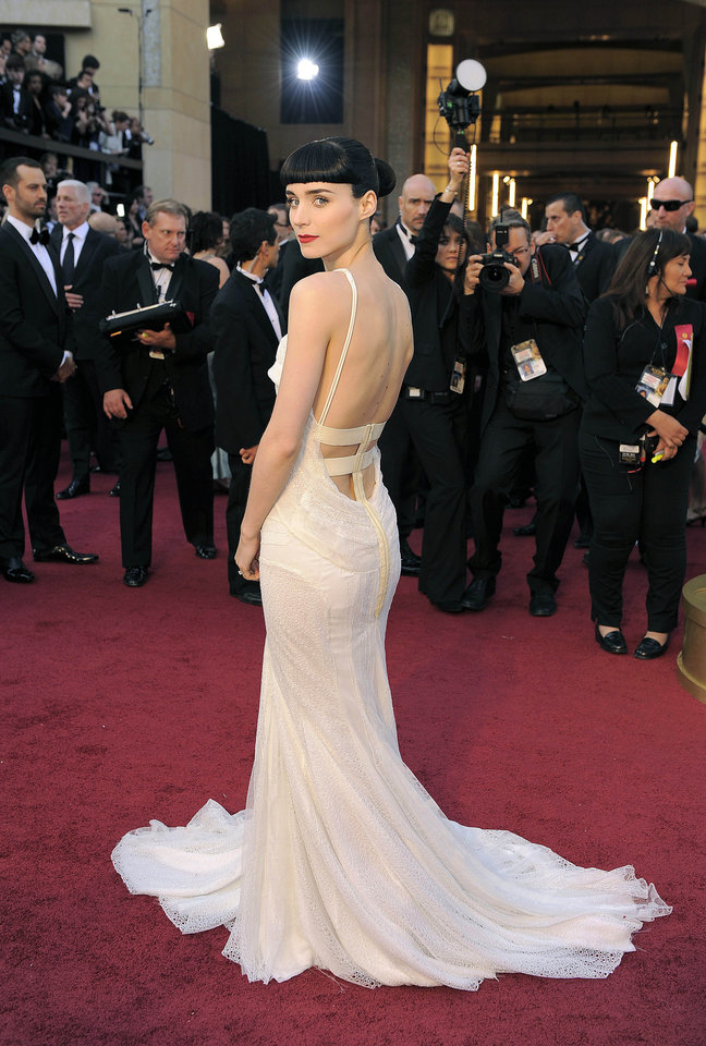 Rooney Mara arrives before the 84th Academy Awards on Sunday, Feb. 26, 2012, in the Hollywood section of Los Angeles. (AP Photo/Chris Pizzello) ORG XMIT: OSC318