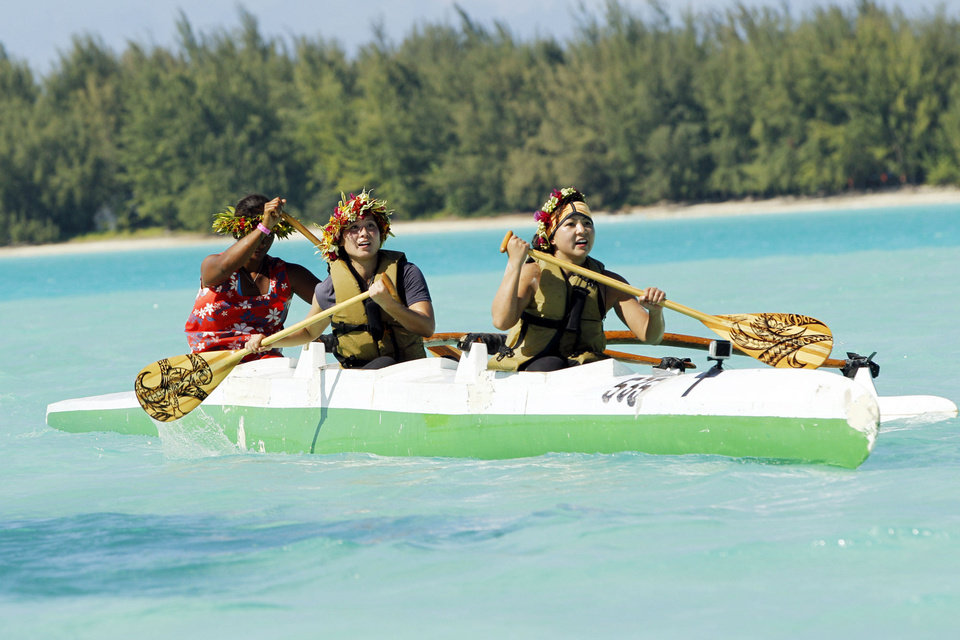 In this Active Route Marker, Best friends Winnie (left) and Pam (right) must assemble a Polynesian outrigger canoe then paddle down the shore line until they reach the Pit Stop on THE AMAZING RACE, premiering Sunday Photo: Robert Voets/CBS <strong>Robert Voets</strong>