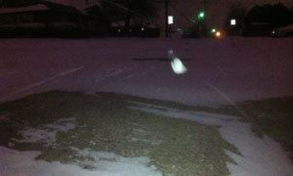 Photo - Snow falls before 7:00 a.m. Wednesday at NW 59 and Tulsa Ave . Photo by Robert Medley