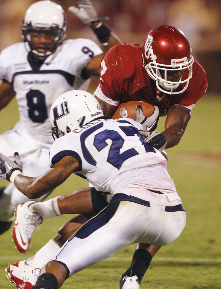 Photo - DeMarco Murray (6) breaks free during the second half of the college football game between the University of Oklahoma Sooners (OU) and Utah State University Aggies (USU) at the Gaylord Family-Oklahoma Memorial Stadium on Saturday, Sept. 4, 2010, in Norman, Okla.   Photo by Steve Sisney, The Oklahoman