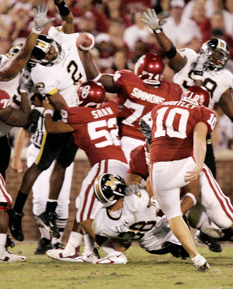 Photo - OU's Garrett Hartley has his extra point blocked in the fourth quarter during the college football game between  the University of Oklahoma Sooners (OU) and the University of Missouri Tigers (MU) at the Gaylord Family Oklahoma Memorial Stadium on Saturday, Oct. 13, 2007, in Norman, Okla. By STEVE GOOCH, The Oklahoman
