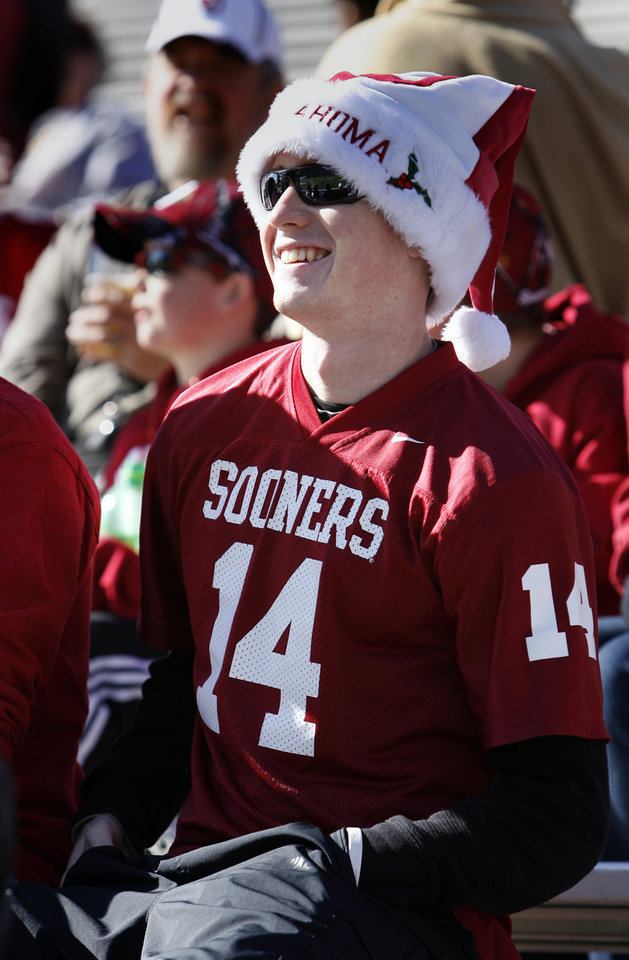 Photo - Jake Simmons, Belton, Texas, watches the team warm-up before the college football game between the University of Oklahoma Sooners (OU) and the Stanford University Cardinal on Thursday, Dec. 31, 2009, in El Paso, Tex.   Photo by Steve Sisney, The Oklahoman