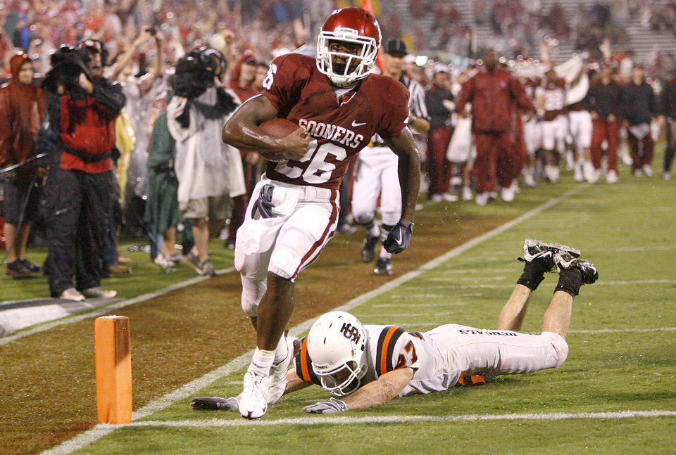 Photo - OU's Jonathan Miller scores a touchown past Idaho State's Dustin Tew during the second half of the college football game between The University of Oklahoma Sooners (OU) and Idaho State University Bengals (ISU) at the Gaylord Family -- Oklahoma Memorial Stadium on Saturday, Sept. 12, 2009, in Norman, Okla.   Photo by Bryan Terry, The Oklahoman. ORG XMIT: KOD