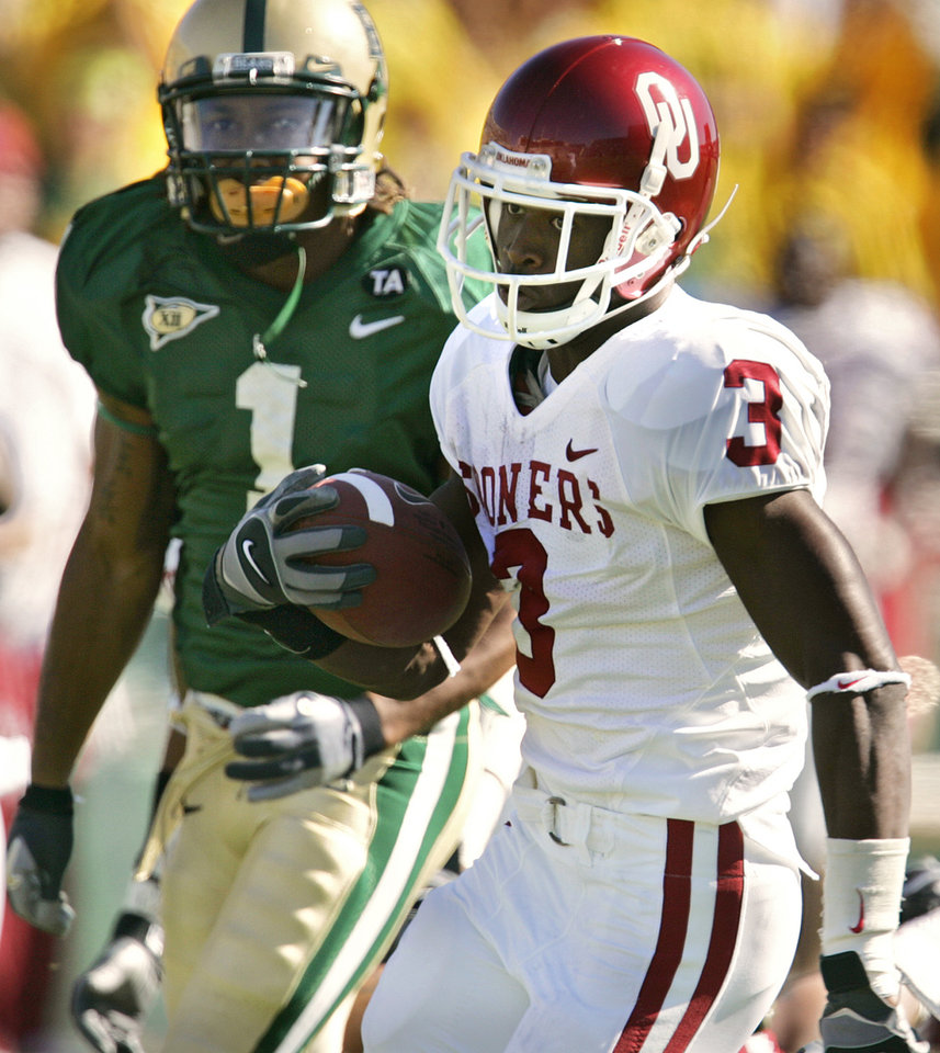 Photo - Oklaoma's Reggie Smith (3) out runs Baylor's Trent Shelton (1) to the endzone for a interception return for a touchdown in the first half during the University of Oklahoma Sooners (OU) college football game against Baylor University Bears (BU) at Floyd Casey Stadium, on Saturday, Nov. 18, 2006, in Waco, Texas.     by Chris Landsberger, The Oklahoman