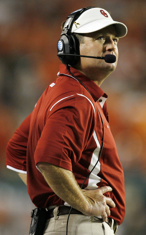 Photo - OU head coach Bob Stoops looks up during the college football game between the University of Oklahoma (OU) Sooners and the University of Miami (UM) Hurricanes at Land Shark Stadium in Miami Gardens, Florida, Saturday, October 3, 2009. Miami won, 21-20. Photo by Nate Billings, The Oklahoman