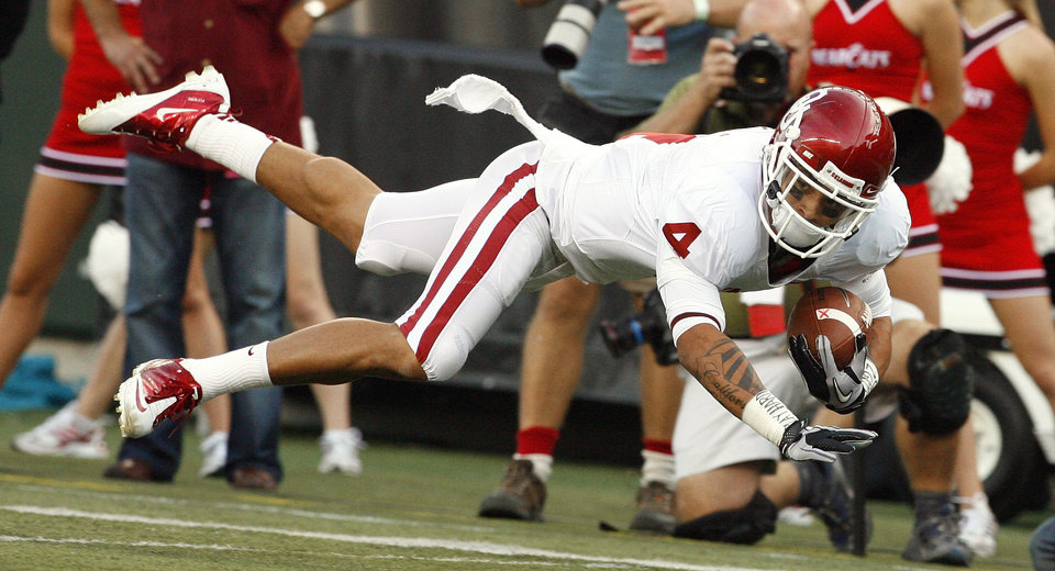 Photo - Kenny Stills (4) dives for extra yards after a catch during the first half of the college football game between the University of Oklahoma Sooners (OU) and the University of Cincinnati Bearcats (UC) at Paul Brown Stadium on Saturday, Sept. 25, 2010, in Cincinnati, Ohio.   Photo by Steve Sisney, The Oklahoman ORG XMIT: KOD