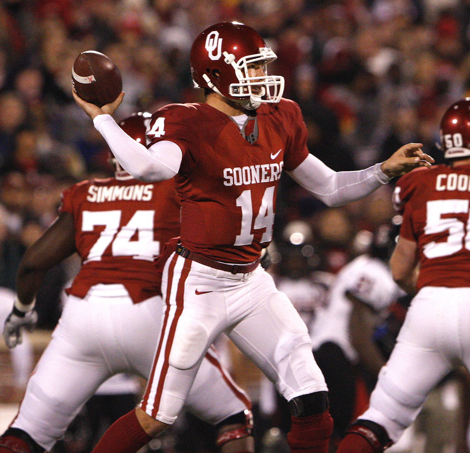 Oklahoma quarterback Sam Bradford passes against Texas Tech during an NCAA college football game in Norman, Okla. on Saturday, Nov. 22, 2008.  (AP Photo/Alonzo Adams) ORG XMIT: OKAA113