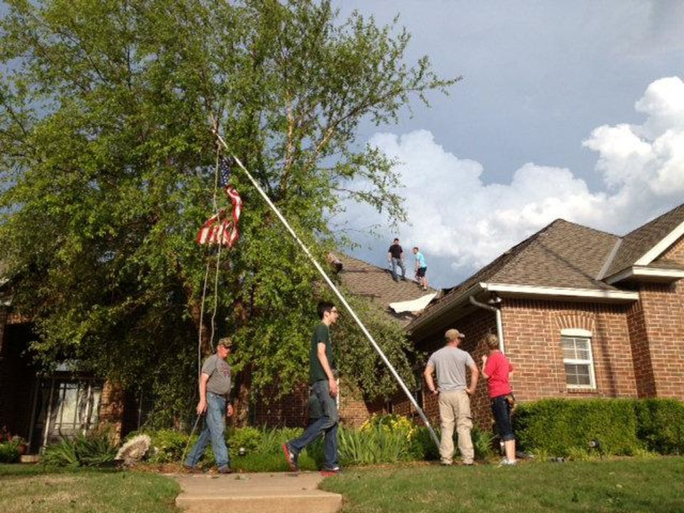 Volunteers help Cathy and Roland Dawson, whose home was damaged in the Edmond tornado. PHOTO BY DIANA BALDWIN, THE OKLAHOMAN <strong>DIANA BALDWIN - THE OKLAHOMAN</strong>
