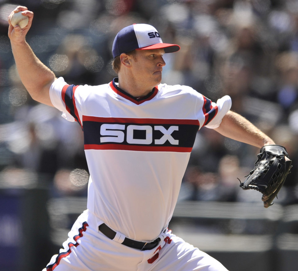 Chicago White Sox starter Gavin Floyd delivers a pitch against the Minnesota Twins during the first inning of an MLB American League  baseball game in Chicago, April 21, 2013. (AP Photo/Paul Beaty)