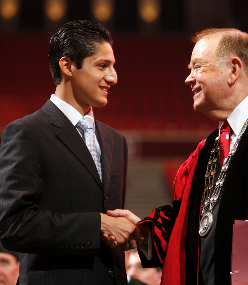 Photo - OU / DAVID BOREN: University of Oklahoma president David L. Boren congratulates Alpha Lambda Delta Trow Scholarship recipient Jesus Avila during New Sooner Convocation at the Lloyd Noble Center in Norman, Oklahoma on Thursday August 21, 2008.    BY STEVE SISNEY, THE OKLAHOMAN    ORG XMIT: KOD