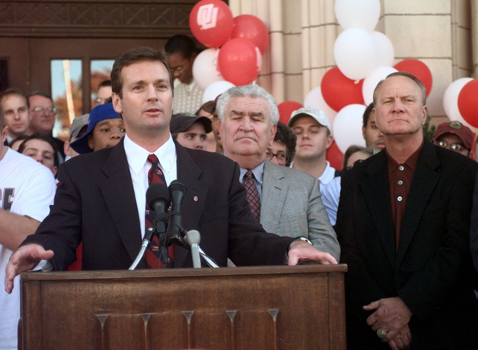 Photo - New OU football coach Bob Stoops, Lee Allan Smith , Barry Switzer at the introduction of the new football coach.