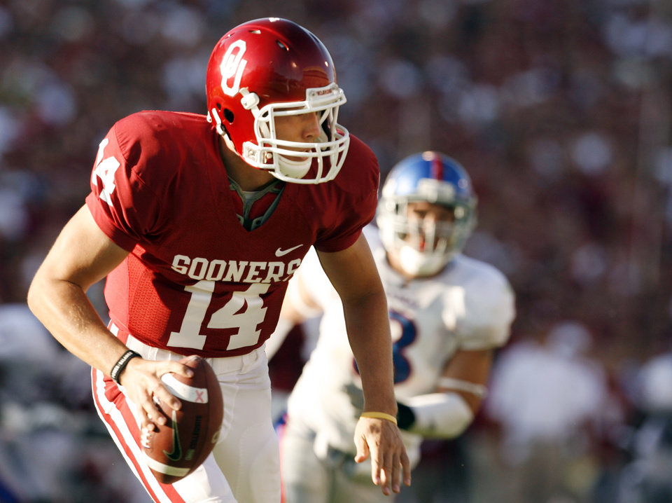 Photo - Sam Bradford passes during the second half of the college football game between the University of Oklahoma Sooners (OU) and the University of Kansas Jayhawks (KU) at the Gaylord Family Memorial Stadium on Saturday, Oct. 18, 2008, in Norman, Okla.  STEVE SISNEY, THE OKLAHOMAN  ORG XMIT: KOD