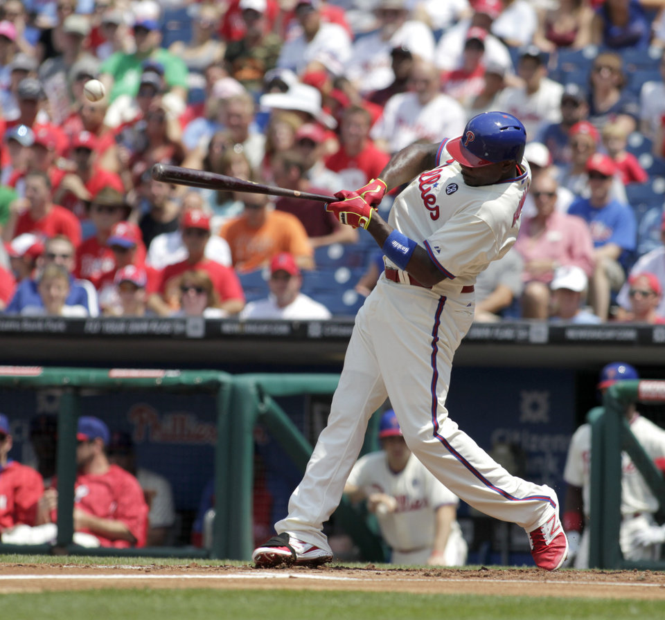 Photo - Philadelphia Phillies'  Ryan Howard hits a one run single against the Atlanta Braves in the first inning of the first game of a baseball double-header Saturday, June 28, 2014, in Philadelphia.  (AP Photo/H. Rumph Jr)