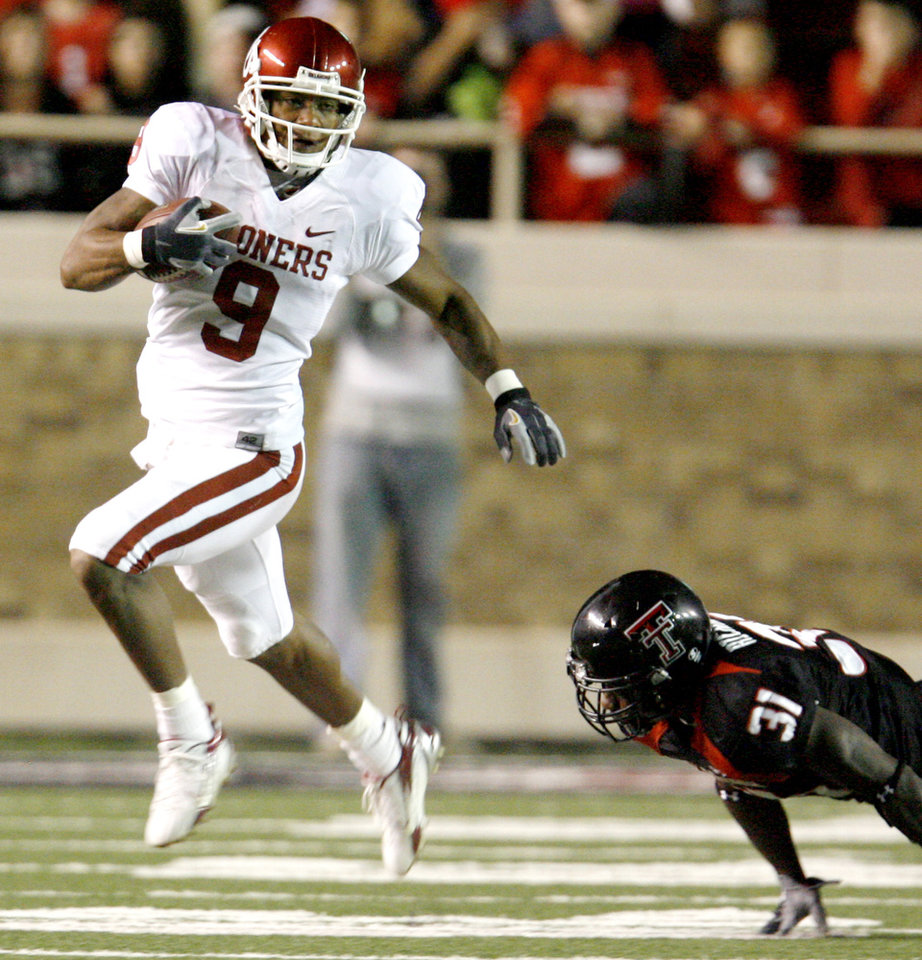 Photo - Juaquin Iglesias of OU runs past Pete Richardson of Texas Tech during the college football game between the University of Oklahoma (OU) and Texas Tech University (TTU) at Jones AT&T Stadium in Lubbock, Texas, November 17, 2007. By Bryan Terry, The Oklahoman ORG XMIT: KOD