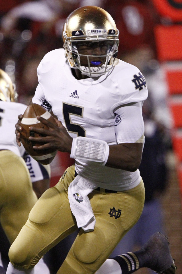 Photo -   Notre Dame quarterback Everett Golson (5) looks to pass against Oklahoma during the second quarter of an NCAA college football game in Norman, Okla., Saturday, Oct. 27, 2012. Notre Dame won 30-13. (AP Photo/Alonzo Adams)