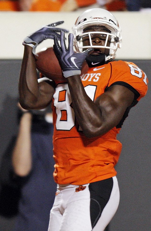 Photo - OSU's Justin Blackmon makes a touchdown catch in the third quarter during the college football game between the Washington State Cougars (WSU) and the Oklahoma State Cowboys (OSU) at Boone Pickens Stadium in Stillwater, Okla., Saturday, September 4, 2010. OSU won, 65-17. Photo by Nate Billings, The Oklahoman