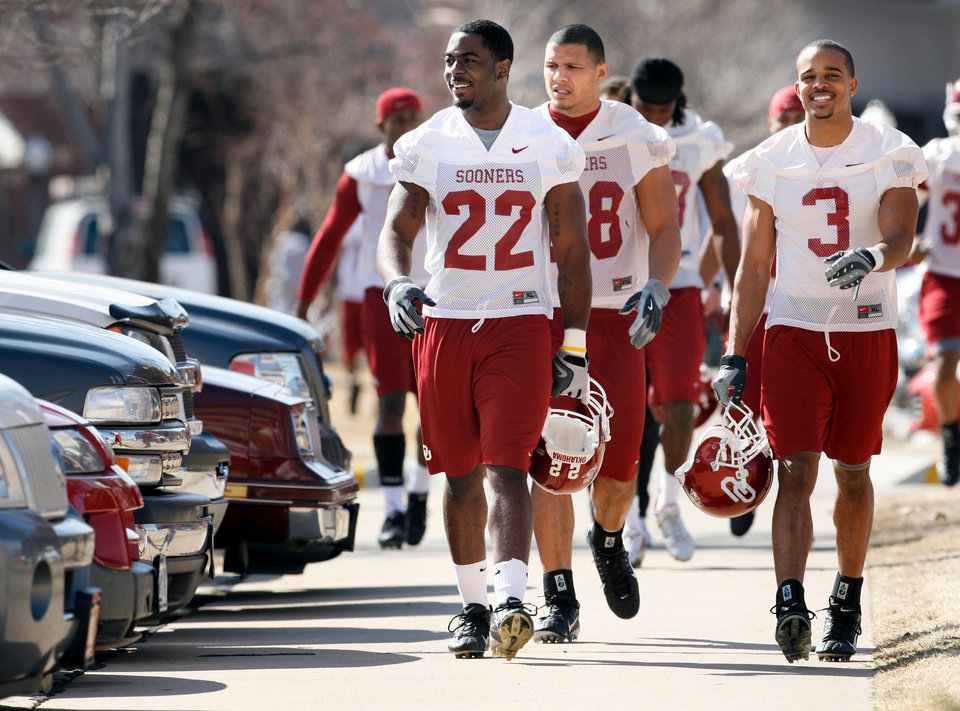 Photo - OU SPRING FOOTBALL: Defensive players Keenan Clayton, (22), Travis Lewis (28) and Jonathan Nelson (3) walk to the indoor practice facility on the first day of spring practice for the University of Oklahoma (OU) football team on Wednesday, March 5, 2008 Norman, Oklahoma.  BY STEVE SISNEY, THE OKLAHOMAN ORG XMIT: KOD