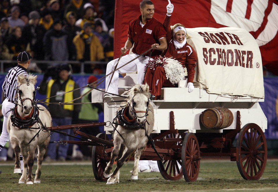 Photo - The Oklahoma Sooner Schooner runs onto the field during the first half of the Big 12 Championship college football game between the University of Oklahoma Sooners (OU) and the University of Missouri Tigers (MU) on Saturday, Dec. 6, 2008, at Arrowhead Stadium in Kansas City, Mo. 