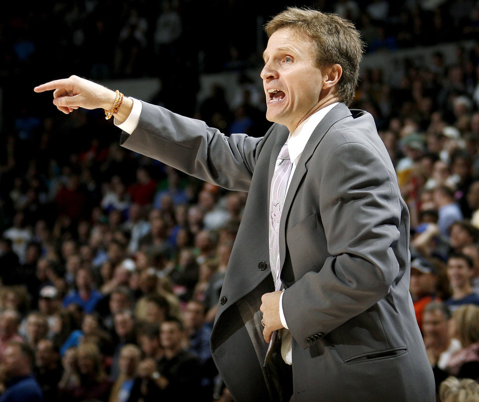 Photo - Oklahoma City head coach Scott Brooks shouts during the NBA basketball game between the Oklahoma City Thunder and the Phoenix Suns at the Ford Center in Oklahoma City on Tuesday, Nov. 25, 2008.  BY BRYAN TERRY, THE OKLAHOMAN ORG XMIT: KOD