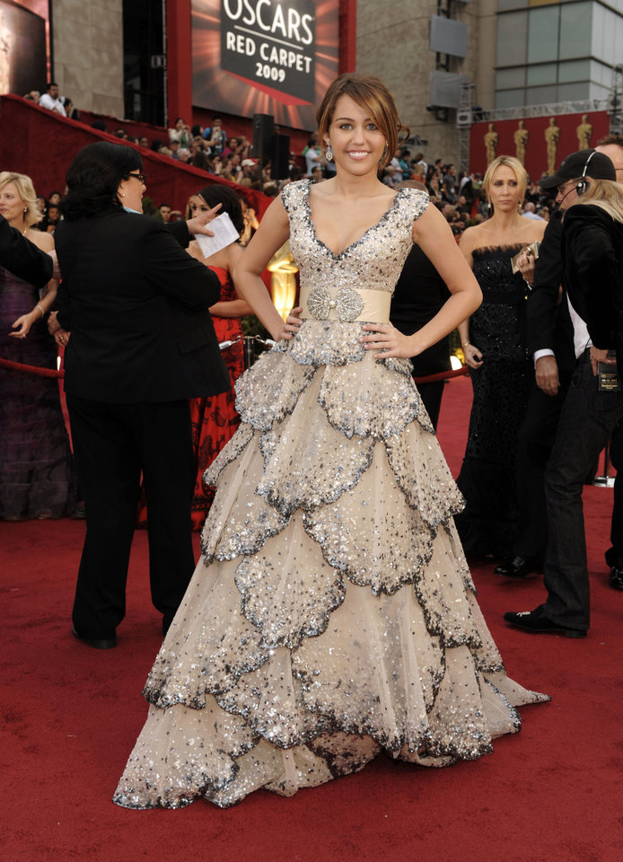 Photo - ** LINDA MILLER'S COMMENTARY:  Would like to have seen this gown on someone else. Too much gown for a 16-year-old. One of my least-favorite gowns    ** Singer Miley Cyrus arrives for the 81st Academy Awards Sunday, Feb. 22, 2009, in the Hollywood section of Los Angeles. (AP Photo/Chris Pizzello) ORG XMIT: CABG116