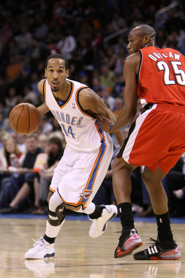 OKLAHOMA CITY THUNDER / PORTLAND TRAIL BLAZERS / NBA BASKETBALL  Oklahoma City's Shaun Livingston drives past Portland's Travis Outlaw during the Thunder - Portland game April 3, 2009 in the Ford Center in Oklahoma City.    BY HUGH SCOTT, THE OKLAHOMAN ORG XMIT: KOD