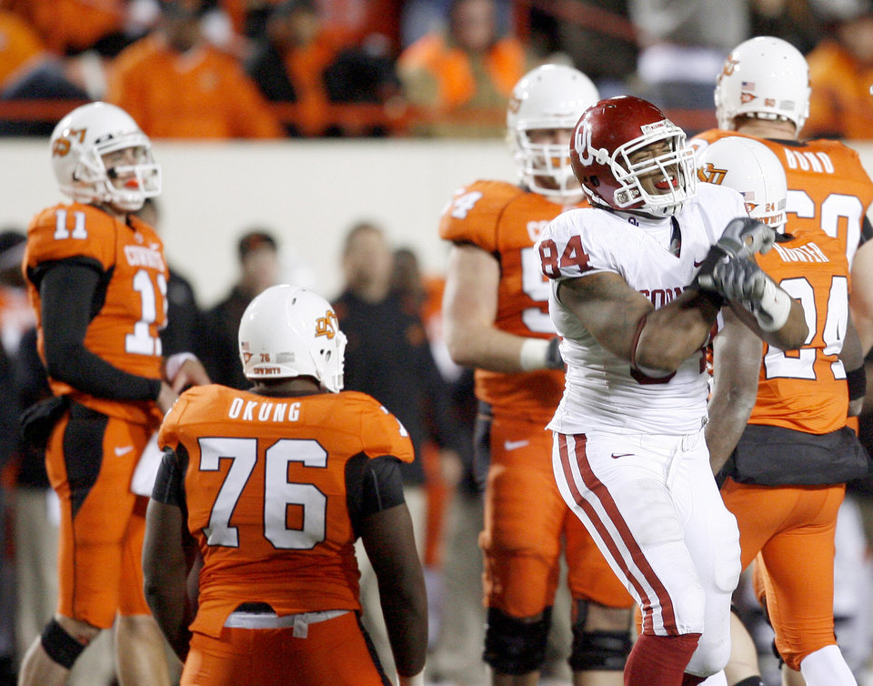 Photo - OU's Frank Alexander celebrates after a OU fumble recovery late in the fourth quarter of the college football game between the University of Oklahoma Sooners (OU) and Oklahoma State University Cowboys (OSU) at Boone Pickens Stadium on Saturday, Nov. 29, 2008, in Stillwater, Okla. STAFF PHOTO BY BRYAN TERRY