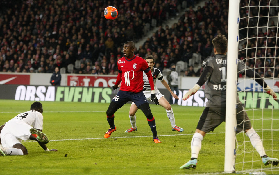 Photo - Lille's Salomon Kalou, center, waits to take the ball during his French League one soccer match against Rennes at the Lille Metropole stadium, in Villeneuve d'Ascq, northern France, Friday, Jan. 24, 2014. (AP Photo/Michel Spingler)