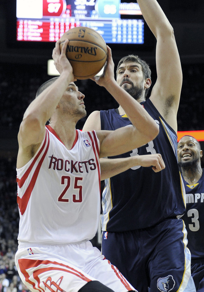 Photo - Houston Rockets' Chandler Parsons (25) looks to the basket as Memphis Grizzlies' Marc Gasol (33) hovers during the second half of an NBA basketball game Friday, Jan. 24, 2014, in Houston. Despite Parsons' 34 points, the Grizzlies won 88-87. (AP Photo/Pat Sullivan)