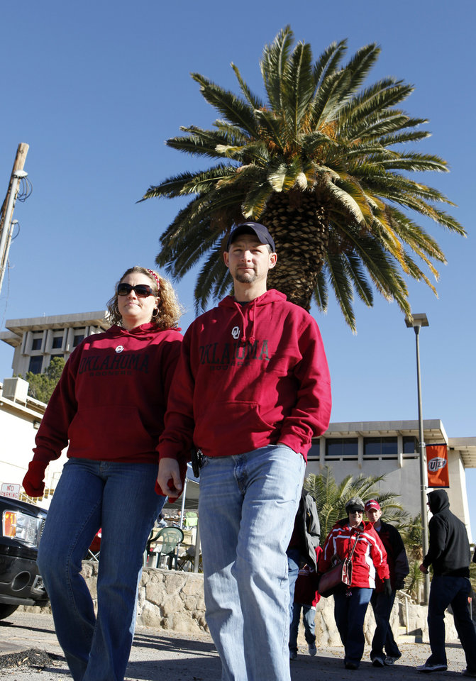 Photo - Terra Wiles, Yukon, and Tom Swenson, Piedmont, walk to the stadium for the Brut Sun Bowl college football game between the University of Oklahoma Sooners (OU) and the Stanford University Cardinal on Thursday, Dec. 31, 2009, in El Paso, Tex.   Photo by Steve Sisney, The Oklahoman