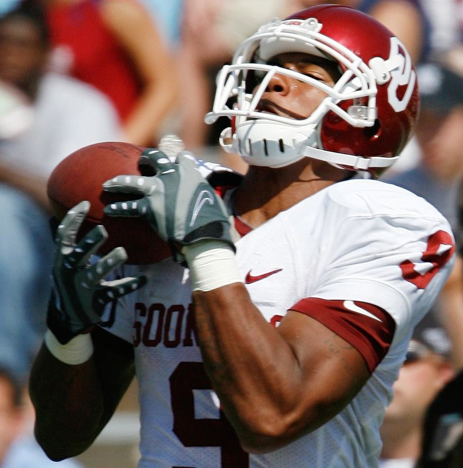 Photo - Juaquin Iglesias hauls in a Sam Bradford pass and runs for a touchdown in the first half during the college football game between Oklahoma (OU) and Baylor University at Floyd Casey Stadium in Waco, Texas, Saturday, October 4, 2008.   BY STEVE SISNEY, THE OKLAHOMAN