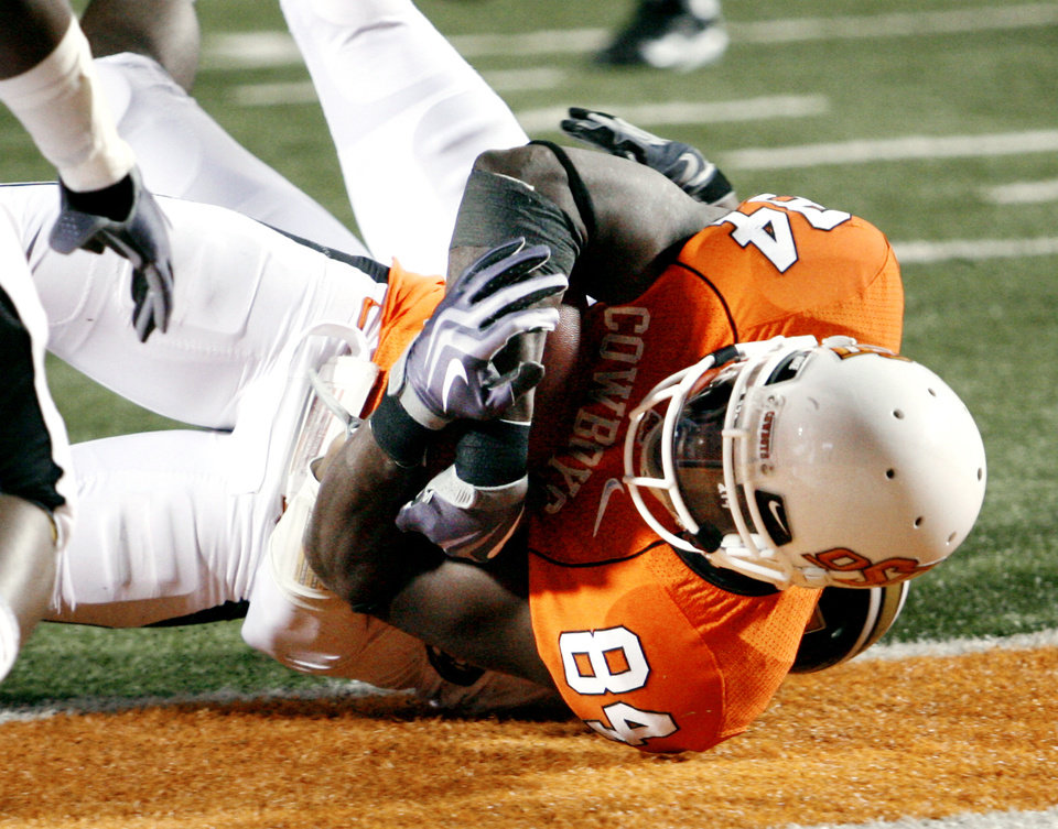 Photo - Hubert Anylam scores for the Cowboys during the first half of the college football game between Oklahoma State University (OSU) and the University of Missouri (MU) at Boone Pickens Stadium in Stillwater, Okla. Saturday, Oct. 17, 2009.  Photo by Steve Sisney, The Oklahoman